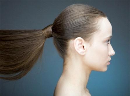 10 Thói quen nguy hiểm khiến mái tóc dài suông mượt trở nên xơ xác gãy rụng phần 1