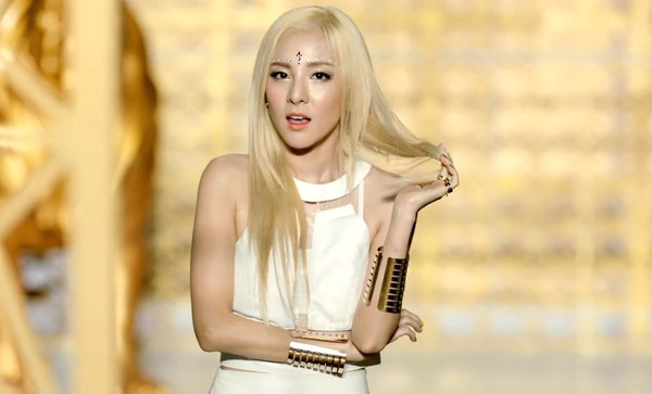 Màu tóc nhuộm vàng bạch kim đẹp của sao Hàn Quốc năm 2017 phần 9