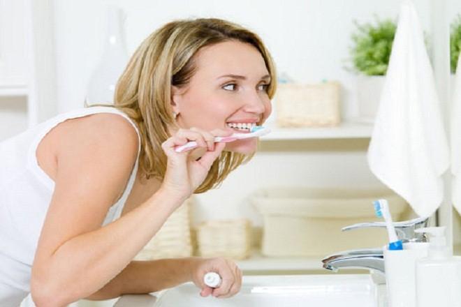 Nếu bị chua miệng, bà bầu nên vệ sinh khoang miệng sạch sẽ