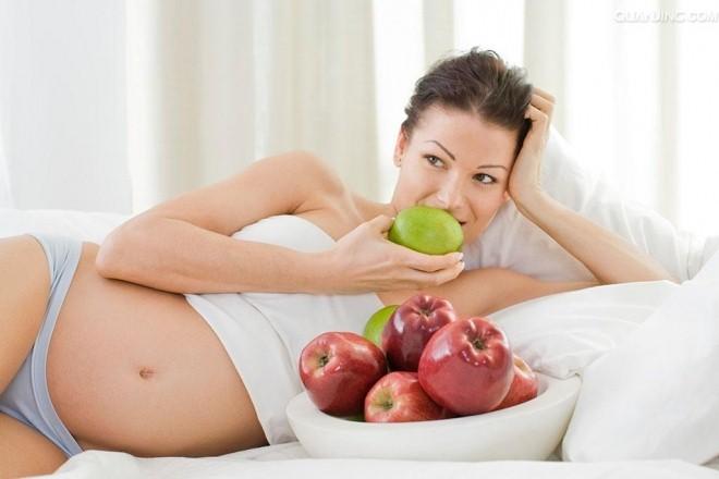 Bà bầu không nên để cơ thể đói, tốt nhất nên chia thành nhiều bữa nhỏ