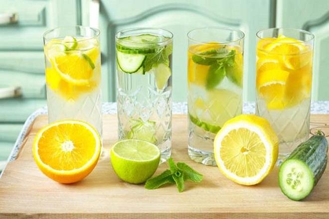 Để chữa trị táo bón hiệu quả, các mẹ có thể uống 1 ly nước chanh vào buổi sáng mỗi ngày
