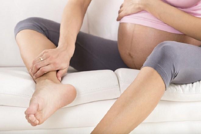 Chân sưng cũng là một trong những dấu hiệu nhận biết đa ối