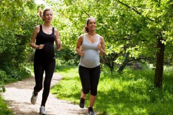 Bài tập đi bộ được xem là khởi đầu tuyệt vời nhất ở tháng đầu tiên của thai kỳ