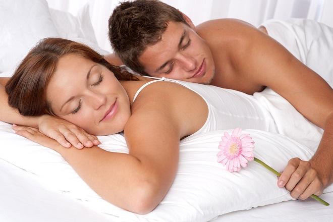 chồng nằm trên lưng vợ