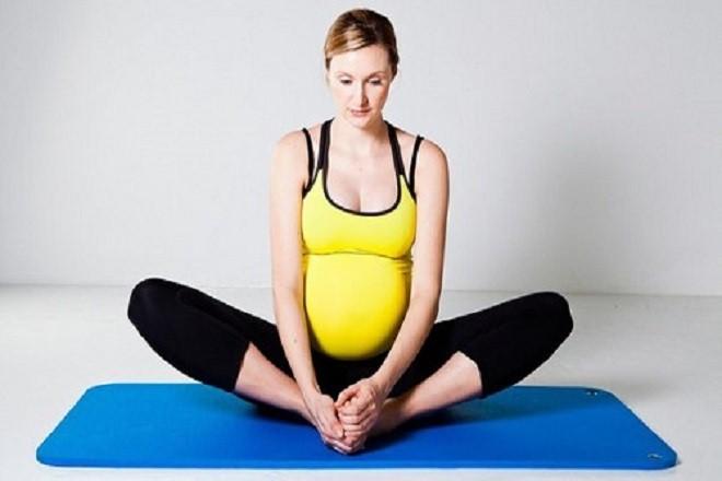 Động tác giỡn khớp hông hỗ trợ mẹ bầu dễ dàng rặn sinh sau này