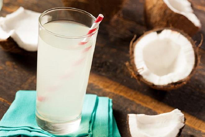 Các mẹ tuyệt đối không nên uống nước dừa đã để qua đêm