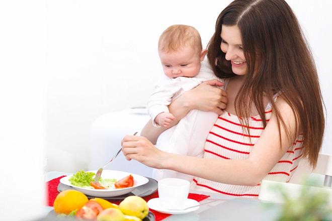 mẹ sau sinh mổ ăn uống đa dạng