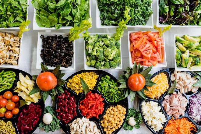 Ăn hoa quả tươi và rau xanh giúp hạn chế táo bón