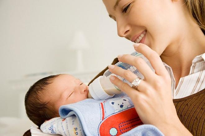 sau 1 tháng có thể cho bé bú cả sữa mẹ và sữa ngoài