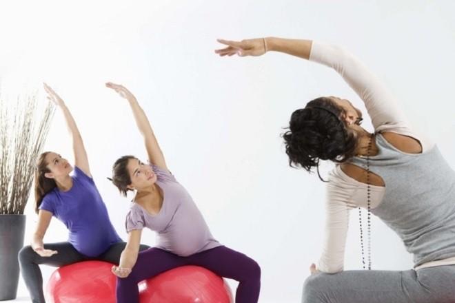 Bà bầu tập thể dục với bóng sẽ giúp giảm bớt chứng bệnh đau lưng trong thời gian thai kì