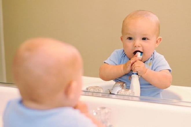 trẻ sơ sinh soi gương