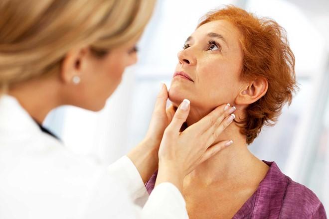 Tê cứng lưỡi và cơ hàm là triệu chứng đầu tiên của bệnh uốn ván