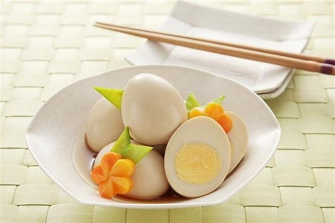 mẹ sau sinh thường nên ăn trứng gà