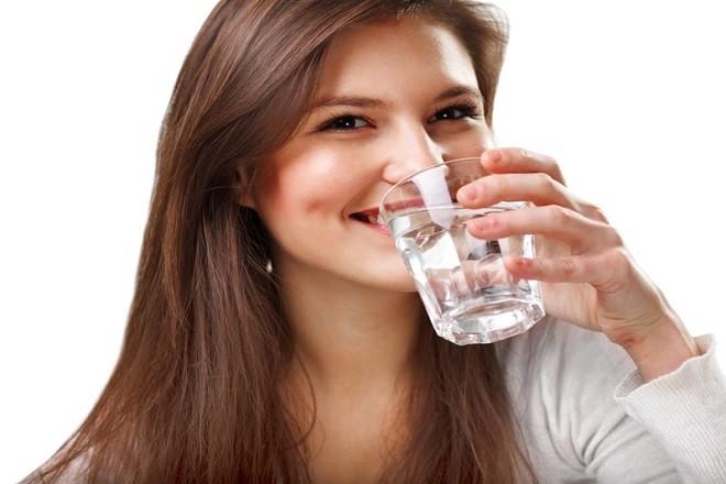 sau sinh nên uống nhiều nước lọc