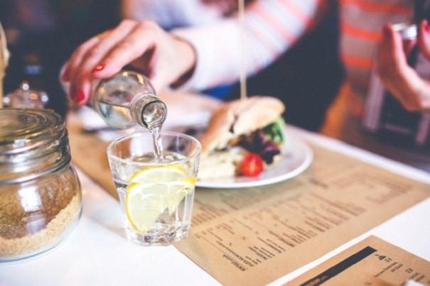 Các mẹ không nên vừa ăn vừa uống để tránh bị chướng bụng