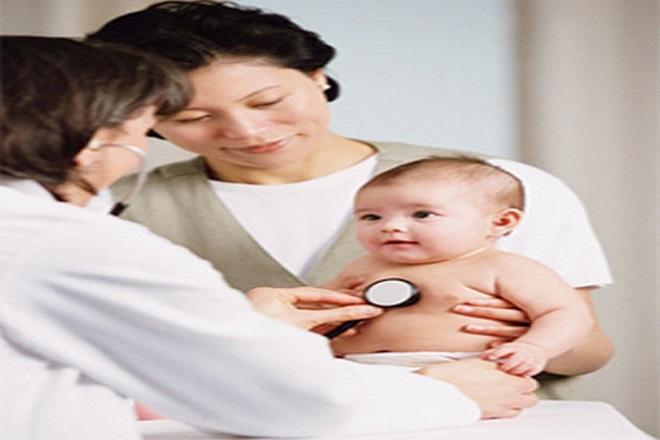 bác sỹ khám cho trẻ sơ sinh bị mắc bệnh tim