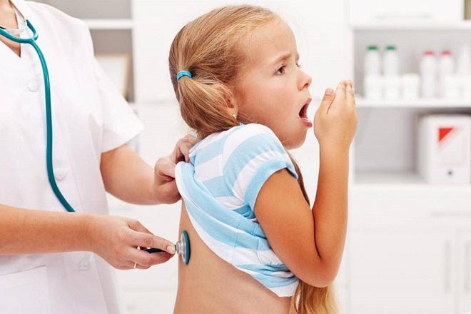 bác sĩ khám bé gái bị ho