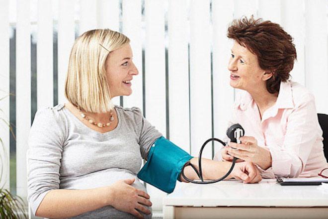 bác sỹ tư vấn khi khám thai