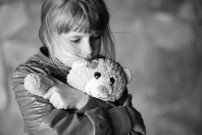 bé gái gắn bó với đồ chơi gấu bông