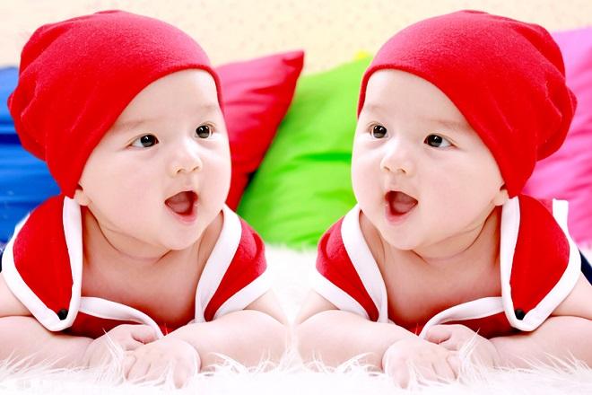 bé gái sinh đôi đáng yêu