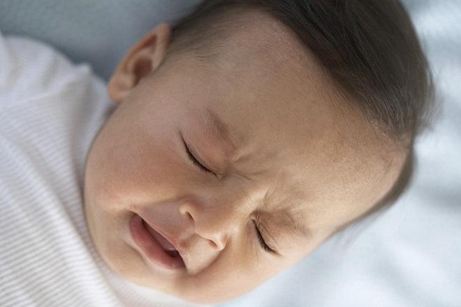 bé khóc vì bệnh