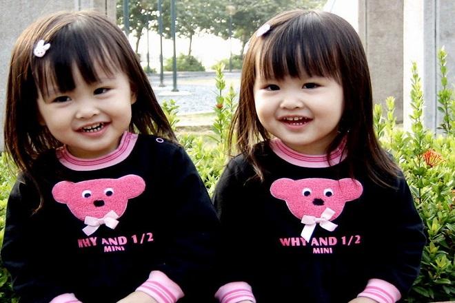 2 bé gái sinh đôi
