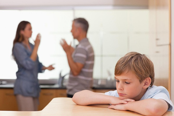 bé trai buồn vì ba mẹ cãi nhau