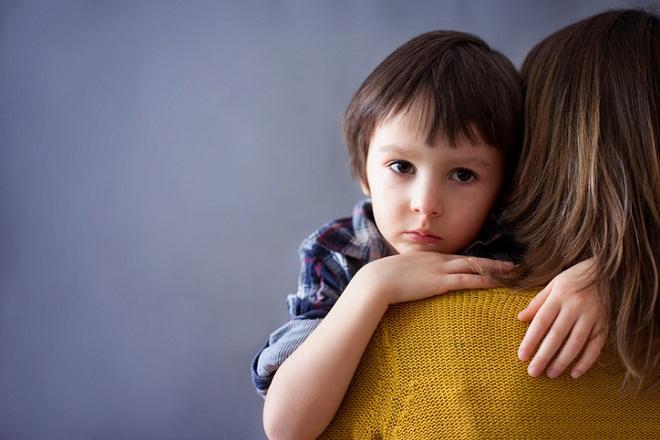 bé trai ôm mẹ đơn thân