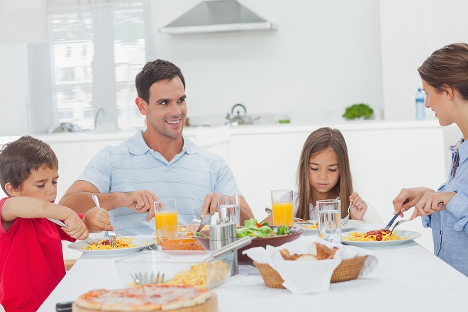 bố mẹ dạy con tự xúc ăn