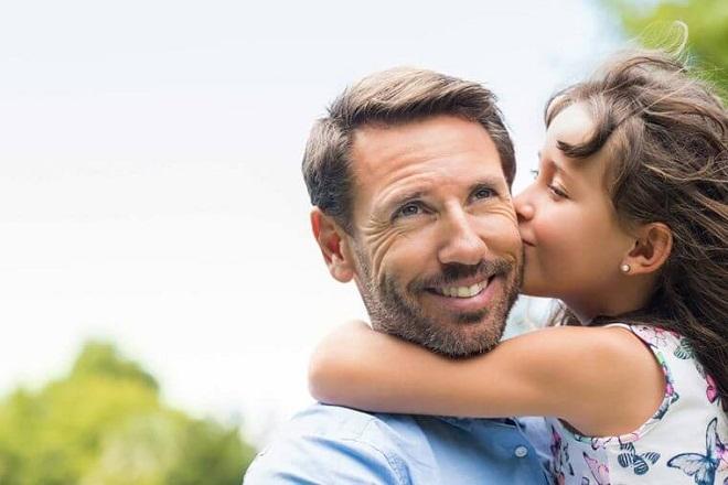 con gái hôn bố