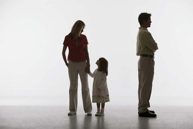 con gái theo mẹ khi vợ chồng ly hôn