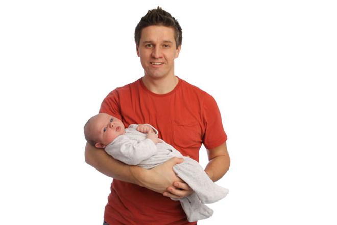 không nên bế ẵm trẻ sơ sinh nhiều