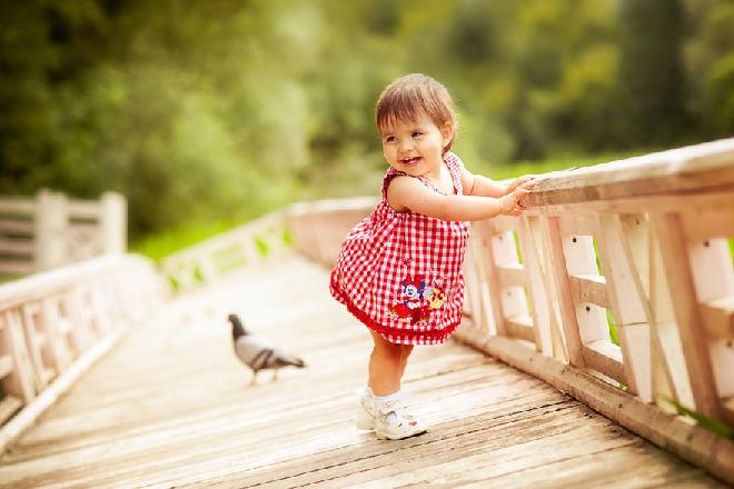 không nên tập cho trẻ đứng quá sớm