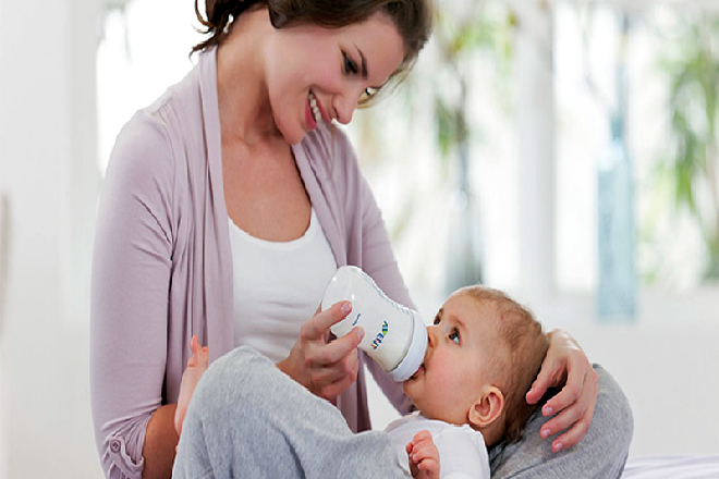 mẹ cần kiên trì khi tập cho bé bú bình