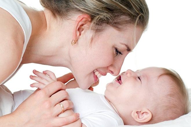 mẹ cười với bé