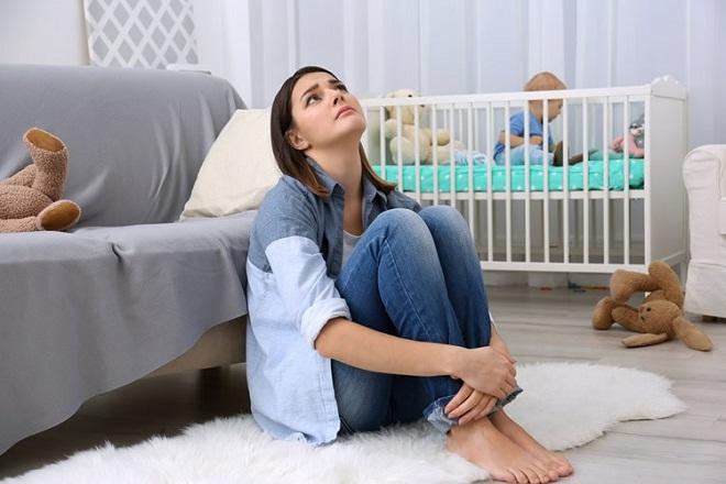 mẹ đơn thân cảm thấy mệt mỏi vì chăm con