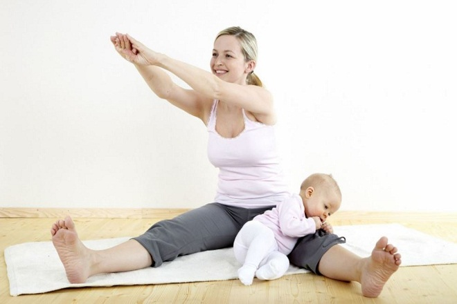 mẹ tập thể dục sau sinh