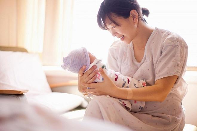 mẹ ẵm bé sơ sinh