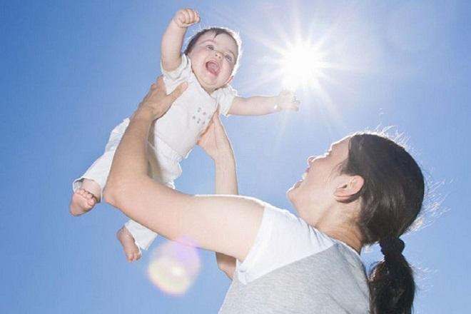 cho trẻ sơ sinh tắm nắng