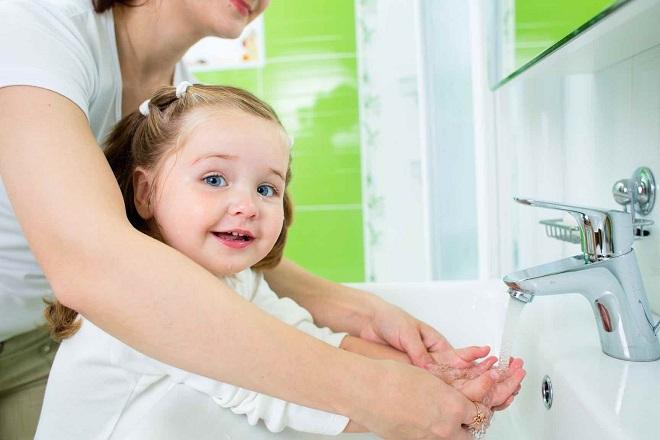 mẹ tập cho bé rửa tay