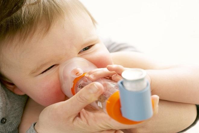 trẻ sơ sinh bị ho do hen xuyễn
