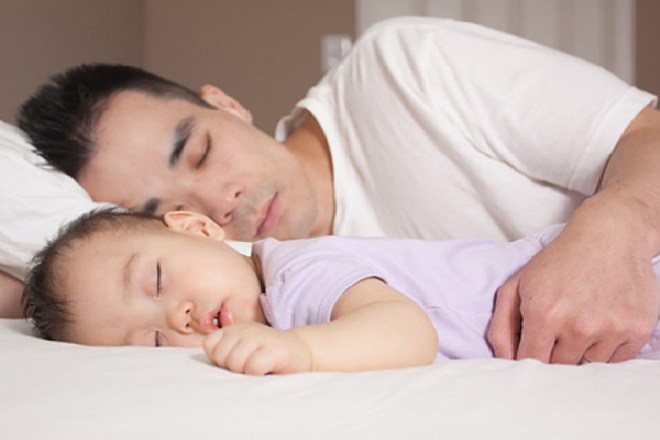 trẻ sơ sinh nằm sấp có tốt không