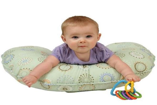 trẻ sơ sinh nằm trên gối