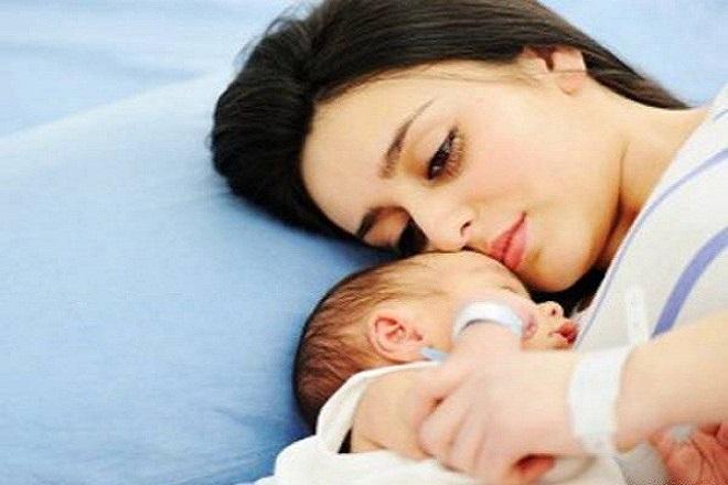 mẹ ôm bé ngủ say