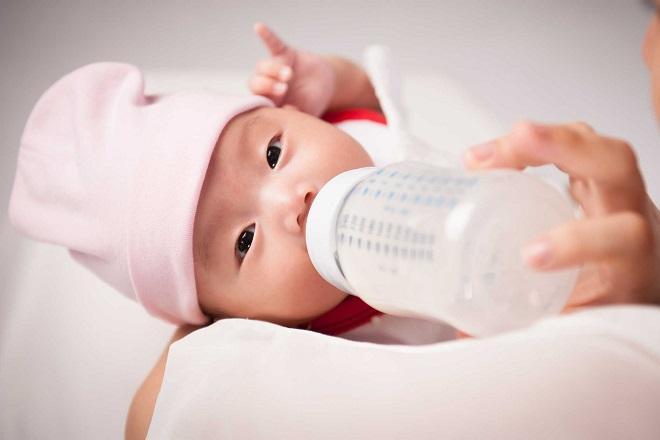 bé bú bình sữa