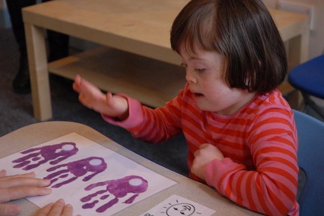 bé bệnh down học nhận biết bàn tay