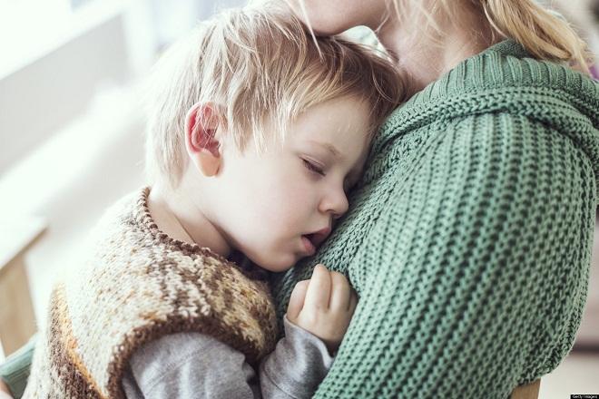 bé trai tựa vào ngực mẹ ngủ say
