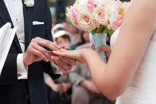 chồng trao nhẫn cưới cho vợ