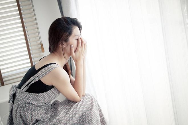 cô gái buồn che mặt