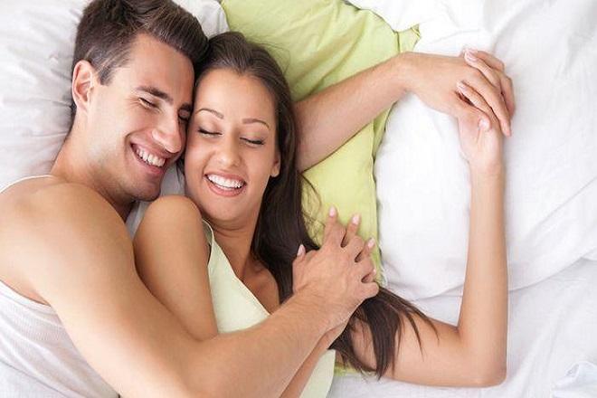 hai vợ chồng cười vui vẻ